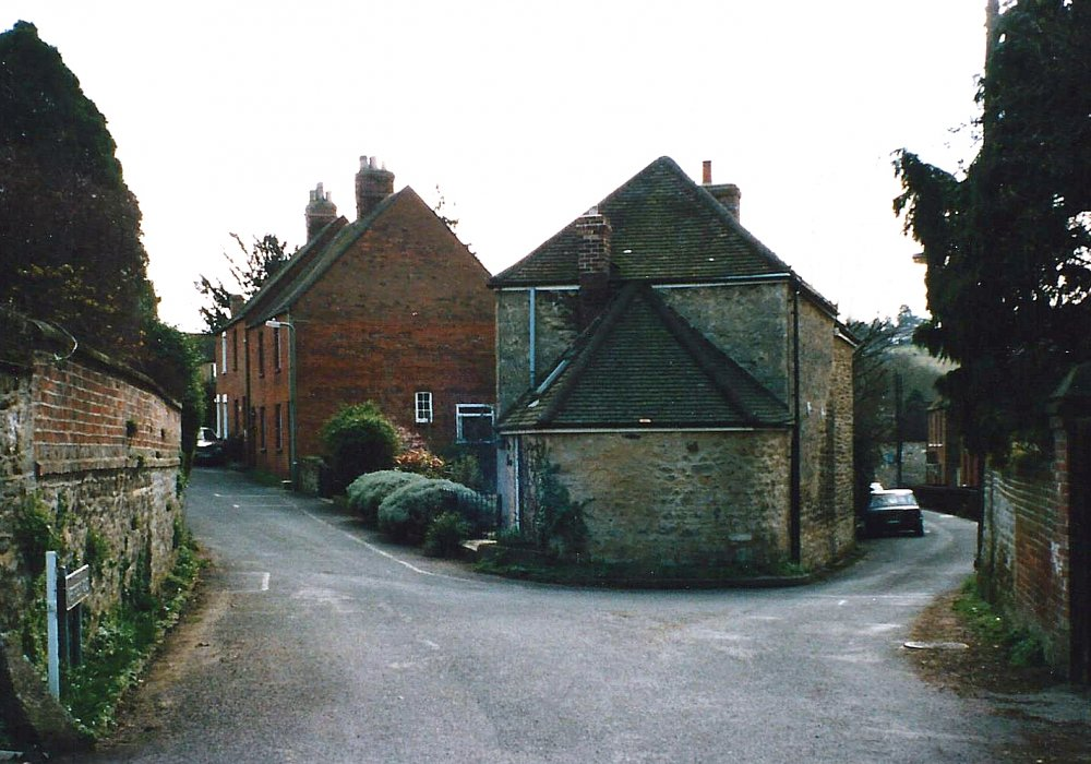 Kiln Lane 1980, from the west. The house at the junction of Kiln Lane and Westfield Road is 9 Westfield Road which has a brick facade facing north onto Westfield Road