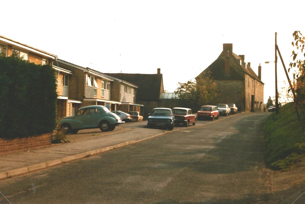 1985. Looking east with part of 1-17 Crown Rod and the old Crown Inn