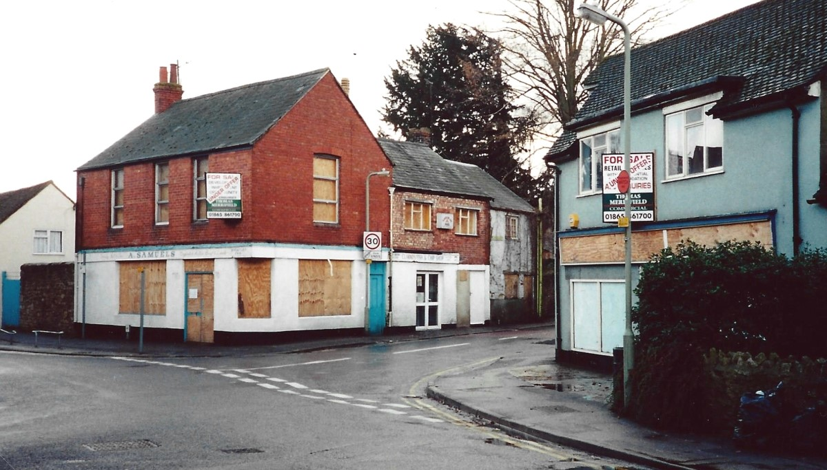 Probably taken c. 2002 when Samuels shop was up for sale as was the shop on the south-west corner now a private house, 48 High Street. Also Rose's fish and chip shop