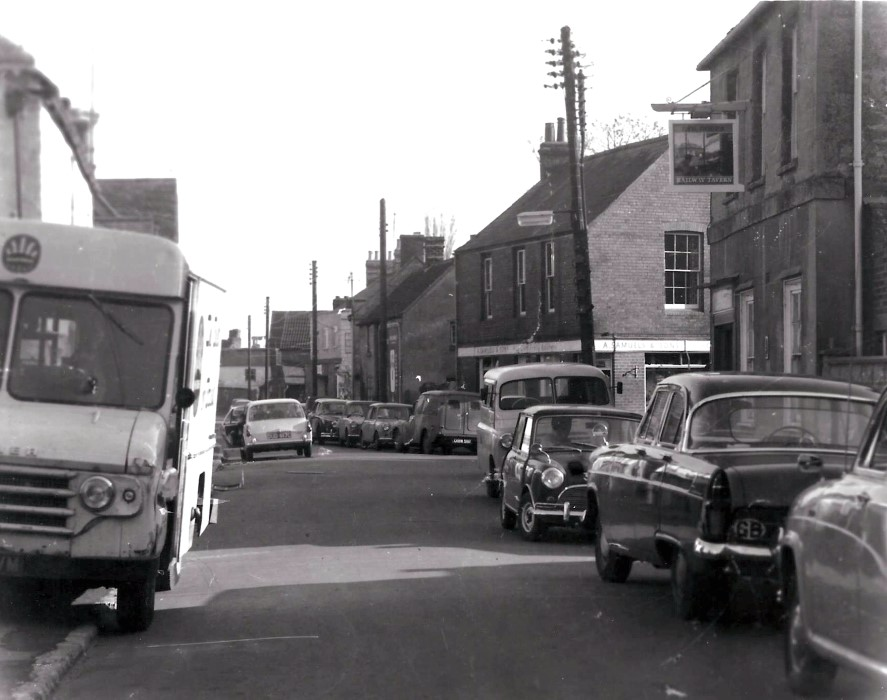 Late 1960s showing 2-way traffic in the High Street, with the Railway Tavern on the extreme right.