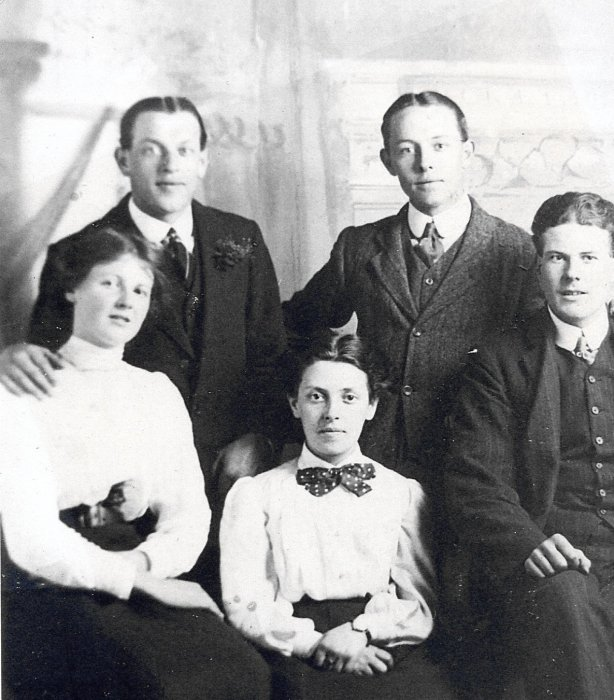 Bill Spearing (left), Walter Spearing (centre), Amy Spearing (centre) about 1913