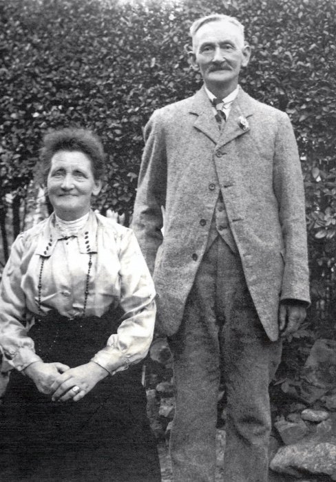 Charles Heath (licensee of The King and Queen) and wife Elizabeth (née Gleed) in 1922